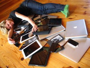 800px-Cuddling_with_multiple_devices (2)